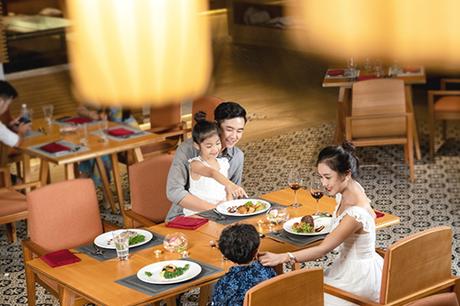 Tất cả 4 khách sạn khai trương đều có hệ thống dịch vụ đẳng cấp 5 sao tiêu chuẩn quốc tế của Vinpearl như nhà hàng ẩm thực Á  Âu  Việt; quầy bar sang trọng trên tầng cao; bể bơi bốn mùa trong nhà và ngoài trời với tầm nhìn trên cao bao quát thành phố; dịch vụ spa và phòng gym; Kids club; chuỗi phòng họp hiện đại...