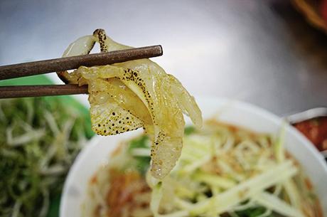 Giá tô bún sứa trung bình 30.000 đồng. Ảnh: Di Vỹ.