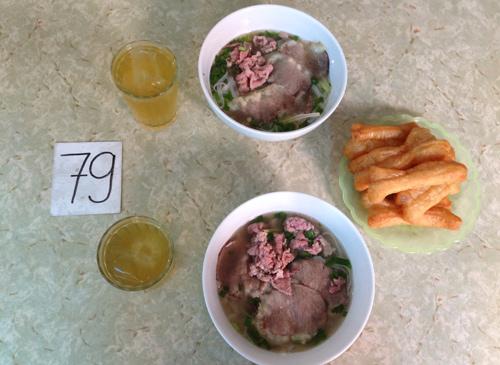 Bát phở giá phải chăng, thịt mềm, ngọt là điểm thu hút khách tới quán phở không tên.