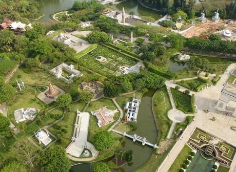 Công viên mô hình mang tên Cửa sổ Thế giới tại Thâm Quyến, Trung Quốc là nơi du khách có thể chiêm ngưỡng các kỳ quan, danh lam thắng cảnh, công trình kiến trúc nổi tiếng năm châu.