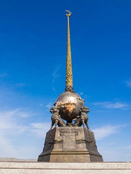 Nguồn gốc của cột mốc đánh dấu điểm trung tâm của châu Átại Kyzyl vẫn chưa rõ ràng. Ảnh:Ritebook.
