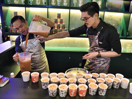 Anh Antonio Lai (trái) là chủ của nhiều cửa hàng đồ uống tại Hong Kong - tận tay thực hiện món trà sữa với công thức riêng của mình.