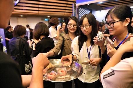 Những chiếc bánh ngọt nhân hạt sen, lòng đỏ trứng đậm phong vị Trung Hoa cũng được gửi đến khách tham dự.
