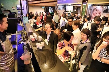 Không gian tại khu vực này lắp đặt đủ loại đèn neon đa sắc, quầy pha chế và các bảng tên đường, đồng thời phủ kín bằng những mảng tường tông xám bạc. Âm nhạc xung quanh cũng tạo cảm giác như đang hoà vào con phố đặc trưng của Hong Kong cho người tham dự.Bên cạnh các hoạt động giao thương, quầy ẩm thực tại sự kiện cũng thu hút đông đảo khách tham dự bởi lối trang trí mô phỏng quầy bar và tiệm ăn Hong Kong thập niên 70-80.