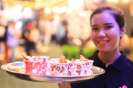 Hội đồng Du lịch Hong Kong - đơn vị chịu trách nhiệm cho khu vực ẩm thực này, còn mang đến những món ăn, đồ uống đặc trưng của đường phố xứ Cảng thơm như trà sữa, đồ rán và bánh ngọt.  Khách tham dự sự kiện có thể đến quầy bar để thưởng thức những món ăn nhẹ này miễn phí và chọn cho mình vị trí trong rất nhiều chỗ ngồi thoải mái.