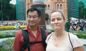 Khách Tây chấm điểm vườn hoa trước nhà thờ Đức Bà ở Sài Gòn