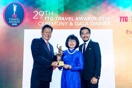 Đại diện ban tổ chức trao giải thưởng công ty du lịch tốt nhất Việt Nam.