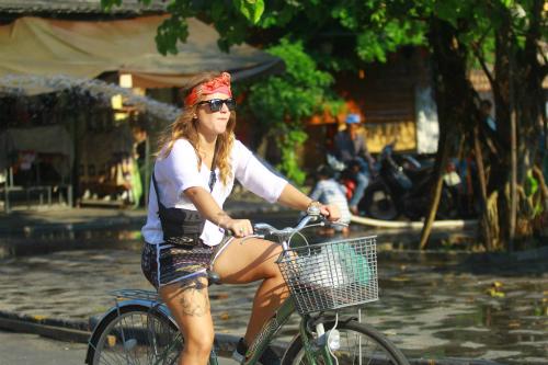 Xe đạp và xích lô là hai phương tiện di chuyển yêu thích của khách nước ngoài khi ở Hội An. Ảnh: Khương Nha.