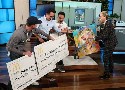 Hai chàng trai (áo sơ mi) vui mừng trước món quà lớn. Ảnh: NBC News.
