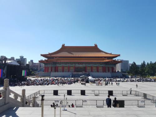 Du khách không nên đi lại lung tung, gây ồn ào mất trật tự khi tham quan đền chùa, miếu thờ.
