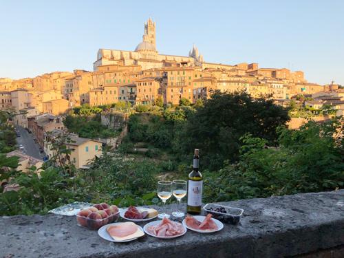 Bạn có thể ngồi thưởng thức các bữa ăn ngon trong khung cảnh đẹp ngoài trời. Ảnh: Nick M.