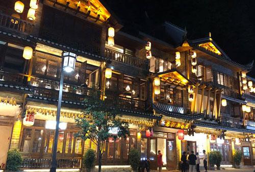 Các khách sạn ở Phượng Hoàng cổ trấn đều xây dựng theo lối kiến trúc cổ của người Trung Quốc. Ban đêm đều thắp sáng bằng đèn lồng. Ảnh: Phương Anh.
