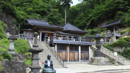 Trên ảnh là Okunoin, sảnh chính của Yamadera. Khu phức hợp đền thờ mở cửa hàng ngày, từ 8h - 17h. Vévào cửa 300 yên - khoảng 2,9 USD.