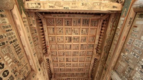 Trần nhà của một số công trình trong quần thể đềnYamadera được dán hình senjafuda, có nghĩa là nghìn thẻ đền thờ. Các thẻ mang tên của khách tới đềnvà được cho là mang lại may mắn. Có rất nhiều lý do chính đáng để bạn bắt đầu những cuộc hành trình. Bởi khi bạn đến đích thì phần thưởng là vô cùng xứng đáng, Karla khép lại những dòng chia sẻ.