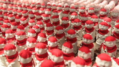 Những bức tượng nhỏ Ojizosan xếp thành hàng gần lối vào Yamadera ở chân núi. Theo niềm tin của những người thích anime, những bức tượng chính là thầnbảo hộ của trẻ em và khách du lịch tới đền.