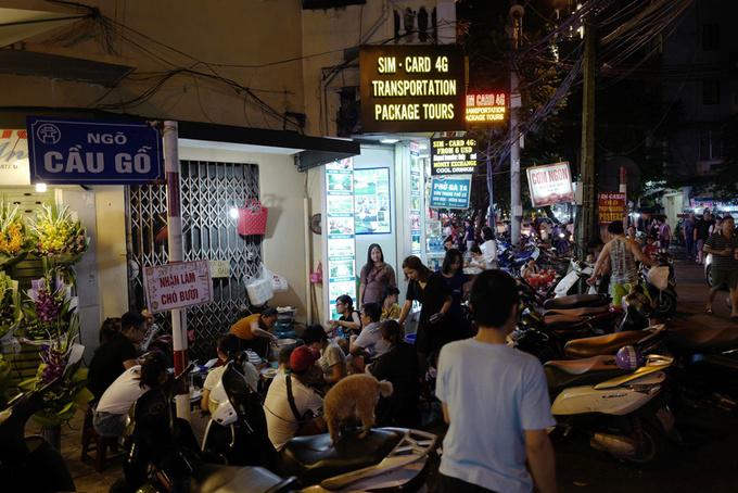Quán xôi 'mầm đá' trên vỉa hè Hà Nội