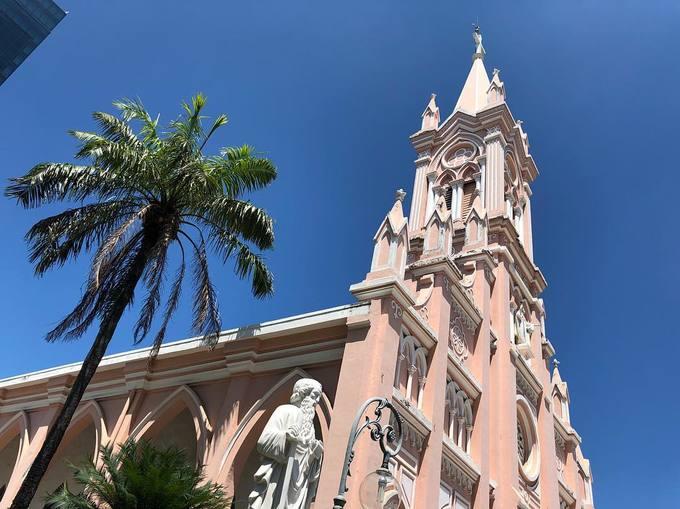 Ba nhà thờ hút khách nhờ sơn màu hồng dọc miền đất nước