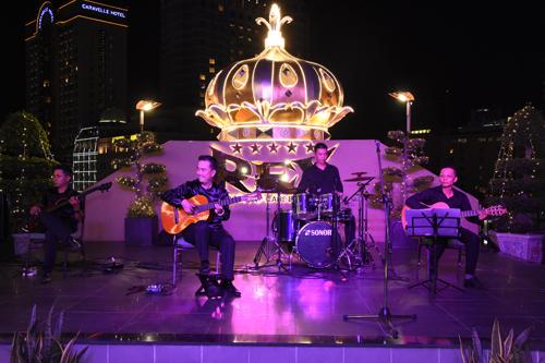 Dòng nhạc được thay đổi qua hàng đêm.