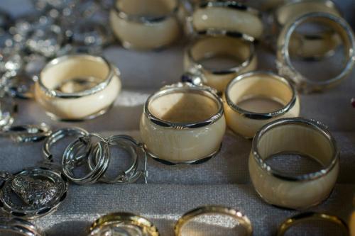 Nhẫn lông đuôi voi có giá từ hàng trăm tới cả triệu đồng. Ảnh:AFP.