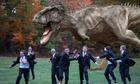 Du khách phát hoảng khi bị khủng long giả dọa ở Nhật Bản