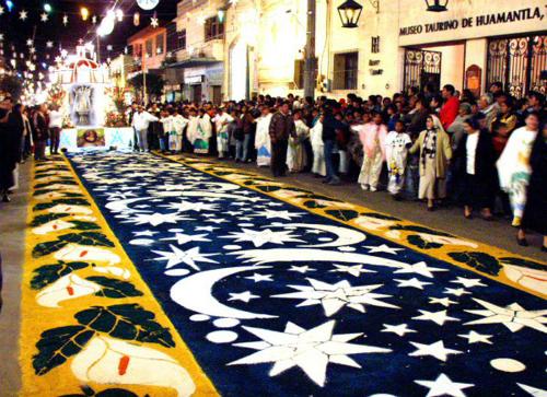 Trong ngày diễn ra lễ hội, các con đường được trải đầy thảm làm từ nguyên liệu chính là mùn cưa. Ảnh: Travelreport.