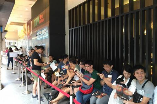 Trong ngày khai trương quán ở Singapore, 175 người đã xếp thành hàng dài, đợi trong nhiều tiếng đồng hồ để được thưởng thức những bát mỳ của quán Tsuta. Ảnh: Tnp.sg.