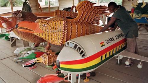 Một xưởng làm quan tài ở Ghana. Quan tài máy bay dành cho những người làm trong ngành hàng không, quan tài hình các con vật nuôi dành cho nông dân. Ảnh: BBC.