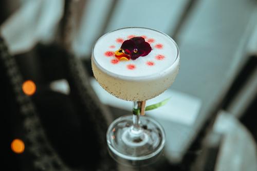 Không chỉ là nơi thưởng thức những ly cocktail đặc trưng hay thực đơn rượu phong phú, INK 360 còn là địa điểm lý tưởng để ngắm hoàng hôn huyền diệu của Bãi Trường. Tự hào là quán bar tầng thượng cao nhất tại Phú Quốc, INK 360 mang đến tầm nhìn vô song ra toàn cảnh biển trời bao la của đảo Ngọc.