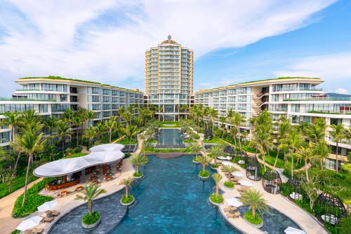 Khai trương vào cuối tháng 6, 2018, InterContinental Phu Quoc Long Beach Resort tọa lạc ở cuối Bãi Trường, cách sân bay Phú Quốc 15 phút và thị trấn Dương Đông 20 phút chạy xe ô tô. Khu nghỉ dưỡng có 6 nhà hàng và quầy bar, 4 hồ bơi, 459 phòng và villa phân bổ ở 4 cánh nằm dọc 2 bên sườn và 1 tòa Sky Tower cao 19 tầng, là tâm điểm của bức tranh màu xanh mát mắt, nổi bật giữa Bãi Trường.