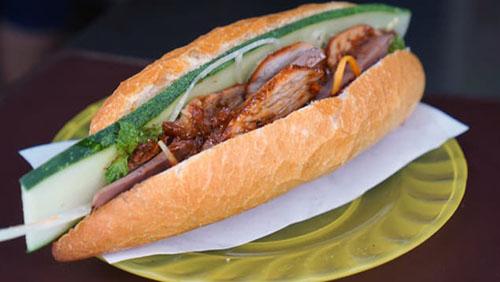 Nguyên liệu làm bánh luôn được chọn từ những loại thịt ba chỉ thơm ngon nhất. Bánh mì ở đây có nhiều loại rau thơm như húng quế, bạc hà, hành lá và tương ớt tự làm. Ảnh: CNN.