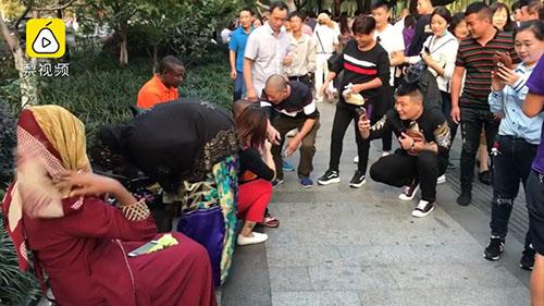 Khi có quá nhiều người quay phim, chụp ảnh mình, nhóm du khách đã không còn cảm thấy vui vẻ, tự nhiên. Ảnh: Shanghaiist.