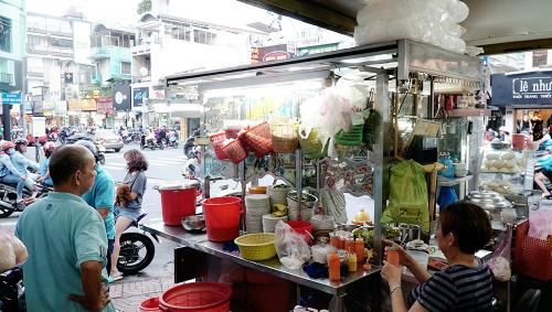 Góc bếp nhỏ của quán ở sát đường Phan Đình Phùng. Ảnh: Di Vỹ.