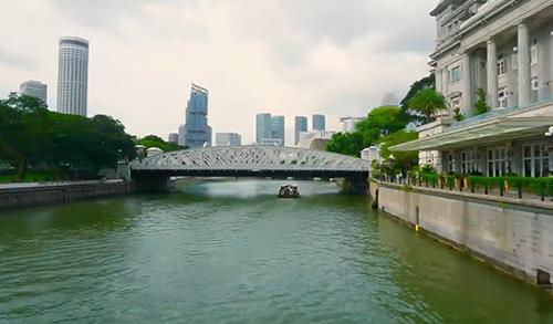 Xuyên suốt hành trình khám phá của Only C và ShiGGa Shay là một Singapore đầy sôi nổi và luôn rộng mở chào đón những du khách yêu thích giao lưu. Cảnh quay đắt giá, ca từ truyền cảm hứng và giai điệu sôi nổi của MV hứa hẹn sẽ khiến những trái tim đam mê xê dịch không thể yên. Chần chờ chi, hãy cùng đến ngay Singapore và Đừng chỉ vui chơi, hãy là những người thích giao lưu!.