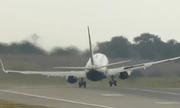 Máy bay như sắp lật vì cất cánh trong bão ở Anh