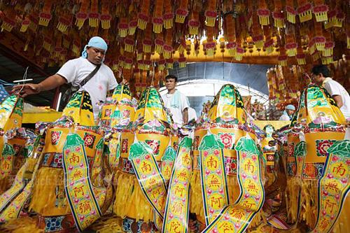 Công nhân đang chuẩn bị các vật dụng, đồ trang trí phục vụ lễ hội Ăn chay thường niêntrong một ngôi đền Trung Quốc ở khu Yaowarat, Bangkok, Thái Lan. Ảnh: BangkokPost.