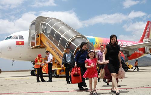 Hàn Quốc đang trở thành địa điểm ưa thích của đông đảo du khách. Đón mùa du lịch đẹp nhất trong năm, Vietjet mở ba ngày vàng siêu khuyến mại 10/10 - 12/10/2018 vào khung giờ vàng 12h-14h với 700.000 vé tiết kiệm giá chỉ từ 0 đồng (chưa gồm thuế, phí) tại website www.vietjetair.com.Vé khuyến mại áp dụng trên tất cả đường bay quốc tế đến Tokyo, Osaka (Nhật Bản); Seoul, Busan, Daegu (Hàn Quốc); Hong Kong; Cao Hùng, Đài Bắc, Đài Trung, Đài Nam (Đài Loan); Singapore/ Bangkok, Phuket, Chiang Mai (Thái Lan); Kuala Lumpur (Malaysia); Yangon (Myanmar); Siem Reap (Campuchia) cho thời gian bay từ 1/11 đến 30/6/2019; các đường bay nội địa Thái Lan từ 1/11/2018 đến 30/3/2019.Riêng đường bay Hà Nội  Osaka (Nhật Bản) từ 8/11/2018  30/3/2019; TP.HCM  Osaka (Nhật Bản) từ 14/12/2018  30/3/2019; Hà Nội  Tokyo (Narita  Nhật Bản) từ 11/1  30/3/2019, Hà Nội  Đài Trung (Đài Loan) từ 1/11/2018  30/3/2019, Phú Quốc  Seoul (Hàn Quốc) từ 22/12/2018  30/3/2019.