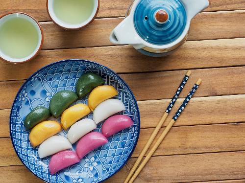Trải nghiệm ẩm thực mùa thuBên cạnh thiên nhiên đẹp như tranh  vẽ, mùa thu tại Hàn Quốc còn tôn vinh ngày Lễ Tạ ơn Chuseok. Vào ngày  này, các gia đình thường sum họp để làm bánh songpyeon và thưởng thức  japchae (miến xào rau củ) cũng như các món ăn truyền thống đặc trưng  khác của Hàn Quốc.Trong đó, Songyeon (ảnh) là món ăn tinh túy thường được chiêu đãi trong ngày Lễ Chuseok. Bánh được làm từ bột gạo  với lớp nhân làm từ đậu và các nguyên liệu bổ, được hấp trên lá thông  tươi. Tuỳ thuộc vào sở thích và khẩu vị của gia chủ mà Songyeon có nhân  và hình dáng khác nhau, phổ biến nhất là hình bán nguyệt.