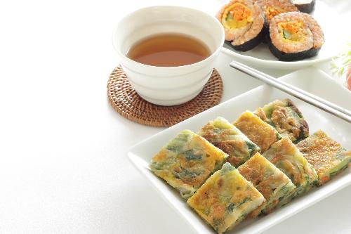 Món ăn tiếp theo phải thử chính là bánh kếp Jeon. Bánh được làm bằng cách trộn các loại nguyên liệu ưa thích với một lớp bột mỏng sau đó chiên lên với một chút dầu ăn. Jeon có thể được làm với một nguyên liệu duy nhất hoặc nhiều nguyên liệu để tạo nên sự đa dạng nhưng vẫn hòa quyện.