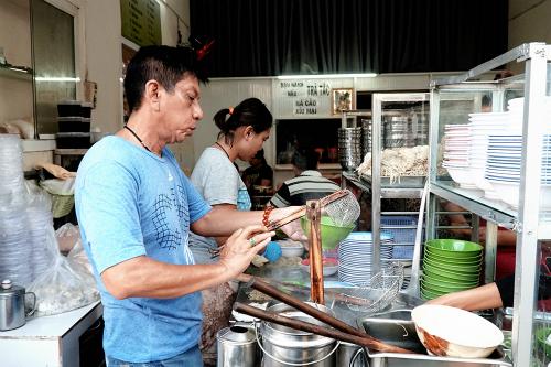 Gian bếp của gia đình anh Tân (trong ảnh). Ảnh: Di Vỹ.