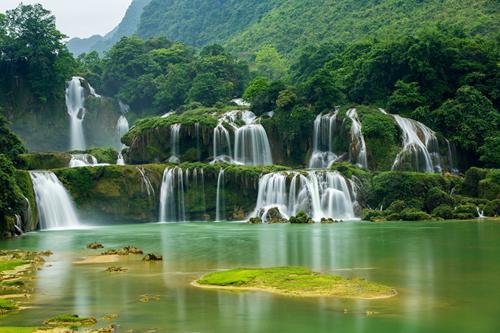 Bất kể thời điểm nào trong năm, thác Bản Giốc (Cao Bằng) cuồn cuộn nước chảy trắng xóa giữa núi rừng khiến du khách không khỏi choáng ngợp. Các ruộng lúa quanh chân thác càng tô điểm cho vẻ đẹp của miền biên viễn.