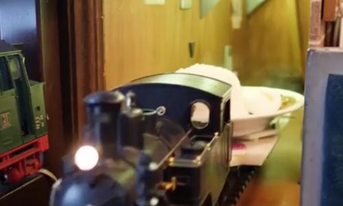 Quán ăn dùng xe lửa mini thay cho phục vụ bàn ở Nhật