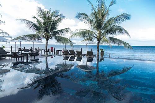 Nhìn từ xa, resort như một ốc đảo được bao bọc bởi thiên nhiên xanh mượt, ngay bên cạnh là bãi biển trong vắt. 160 phòng nghỉ bên trong resort được sắp xếp hài hòa giữa khuôn viên vườn và đều có view hướng biển. Tất cả khiến resort như một bức tranh yên bình, chinh phục du khách ngay từ lần đầu ghé qua.