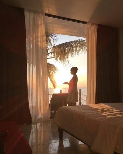 Với lối kiến trúc cổ điển và phong cách Pháp hiện đại, hòa quyện thiên nhiên biển, hồ bơi, resort gây ấn tượng với nhiều du khách nghỉ dưỡng tại đây.