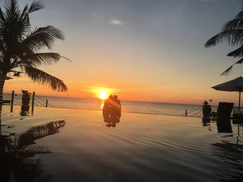 Du khách còn có thể vừa ngắm biển, vừa trò chuyện với bạn bè và người thân, trong khi đang nhâm nhi một ly cocktail đậm hương vị miền nhiệt đới.