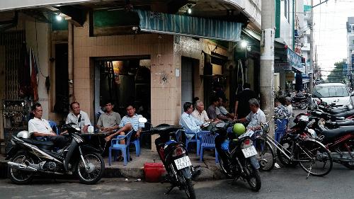 Một quán cà phê nhỏ ở góc đường Đống Đa lúc gần 6h sáng. Ảnh: Phong Vinh.