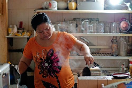 Chị Huyền là người trực tiếp chế từng lycà phê cho khách. Ảnh: Tâm Linh.
