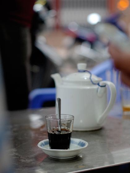 Ai cũng chọn cho mình một loại thức uống quen thuộc. Quán phục vụ cà phê, cà phê sữa đá và nóng, giá từ 15.000 đồng một ly. Ảnh: Tâm Linh.