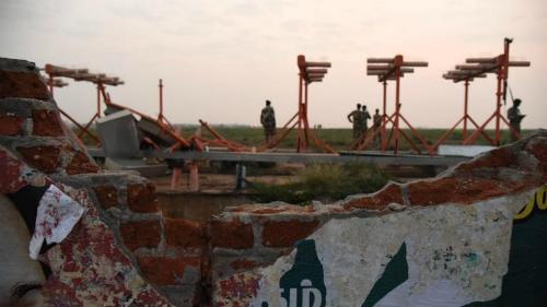 Máy bay đâm trúng tường khi cất cánh ở Ấn Độ - ảnh 1