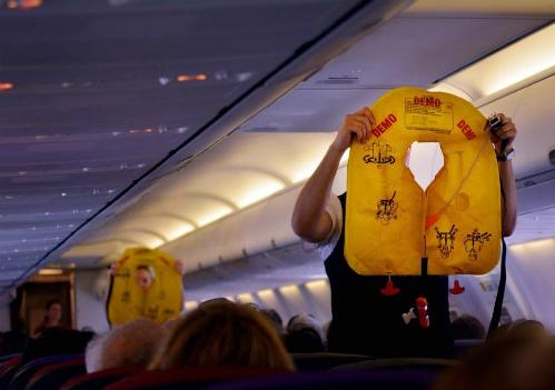 Cựu tiếp viên hàng không Joyce Kirby nói hành khách thường xuyên lấy đi áo phao dưới ghế của họ. Ảnh: Independent.