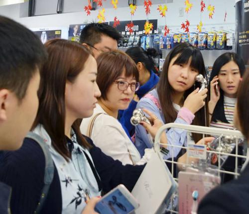 Khách Trung Quốc mua sắm tại một cửa hàng ở Nhật Bản. Ảnh: JPT.